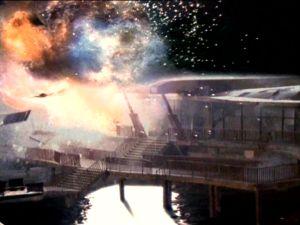 Explosionen sind immer gut, auch wenn´s relativ offensichtlich Modelle sind, die in die Luft gejagt werden