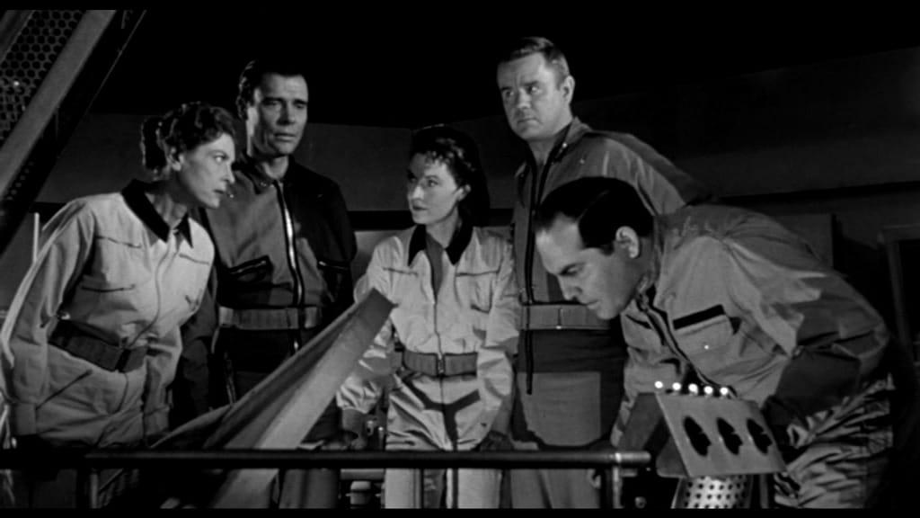It! Der Schrecken lauert im All - Die Crew steht um den Treppenaufgang herum und horcht in die Stille