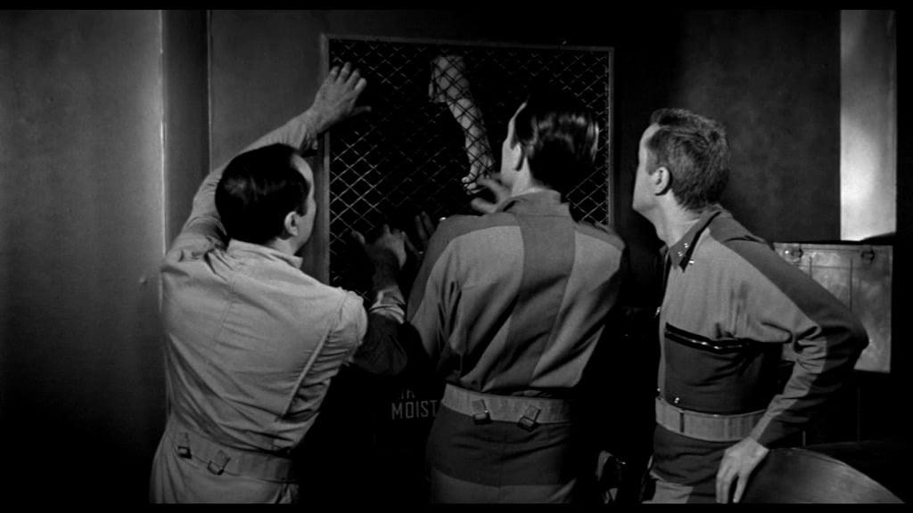 It! Der Schrecken lauert im All - Die Crew verschließt den Belüftungsschacht, um das Monster auszusperren