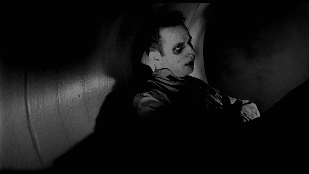 It! Der Schrecken lauert im All - Gino sieht eher tot denn lebendig aus, so wie er da mit dicken Augenringen und bleichem Gesicht im Belüftungsrohr liegt