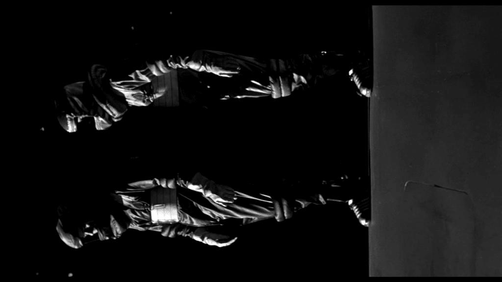 It! Der Schrecken lauert im All - Calder und Carruthers auf einem Weltall-Spaziergang um ins Geschoss unter dem Monster zu gelangen