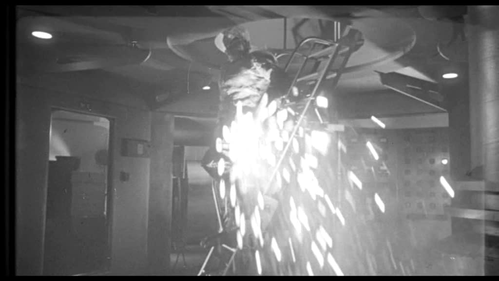 It! Der Schrecken lauert im All - Das Monster wird auf der Treppe von Starkstrom traktiert
