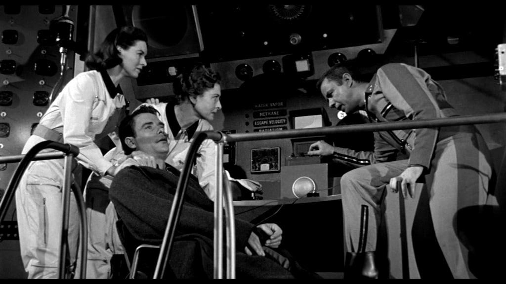 It! Der Schrecken lauert im All - Carruthers, der kranke Van Heusen und die beiden Damen holen per Funk Informationen aus dem Maschinendeck ein