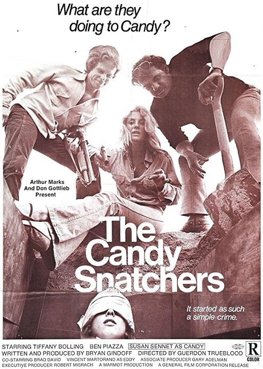Die drei Entführer schauen in das gegrabene Loch, in dem ihr Opfer liegt - The Candy Snatchers
