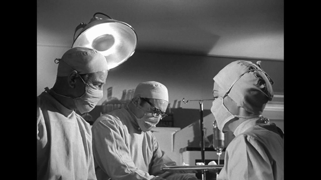 Lew Ayres, Gene Evans und Nancy Reagan führen eine Notoperation durch