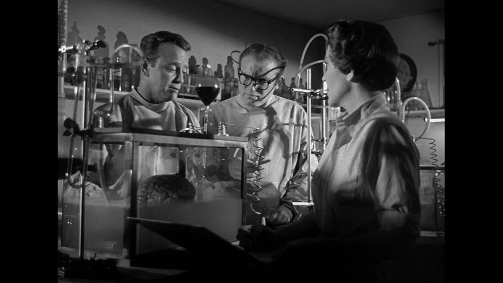 Lew Ayres, Gene Evans und Nancy Reagan betrachten das Gehirn von Donovan im Bassin