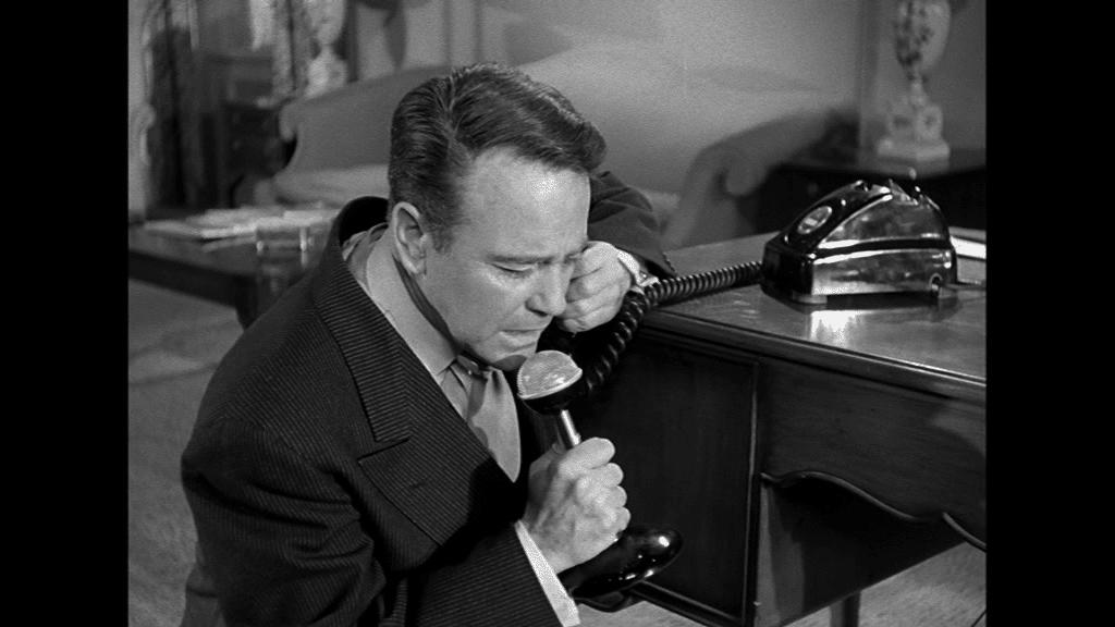 In einem wachen Moment als er selbst sendet Lew Ayres mit dem Funkgerät eine Botschaft an seine Frau
