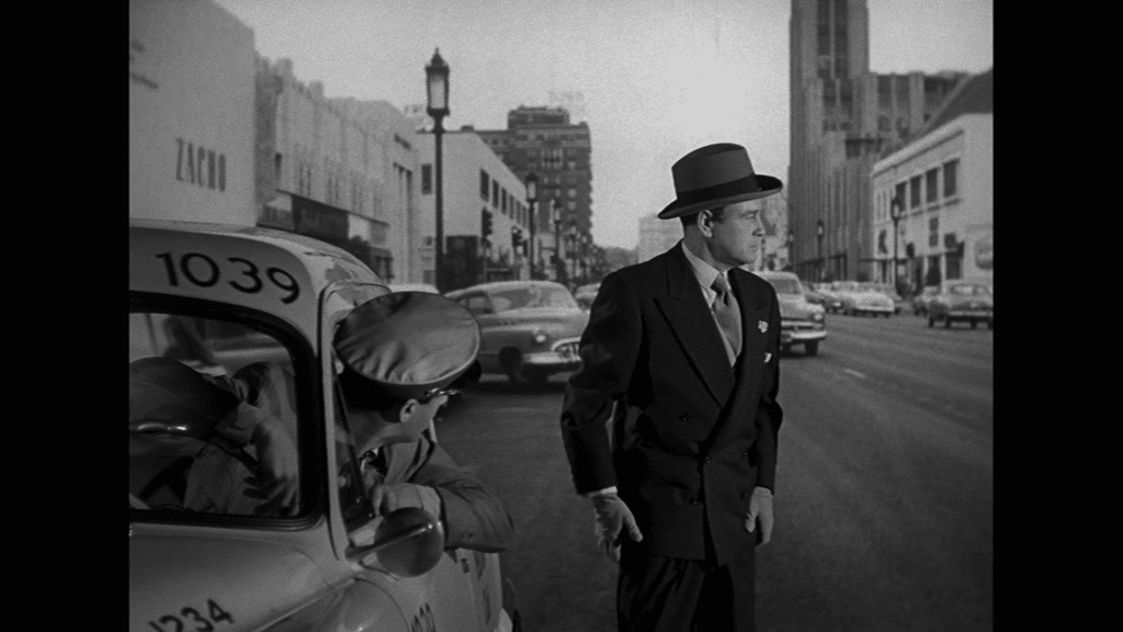 Auf den Straßen der Großstadt fühlt sich der besessene Lew Ayres verfolgt und steht vor einem Taxi
